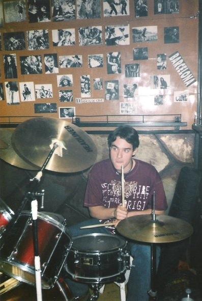 ivan jimenez tocando la bateria cuando era muy joven