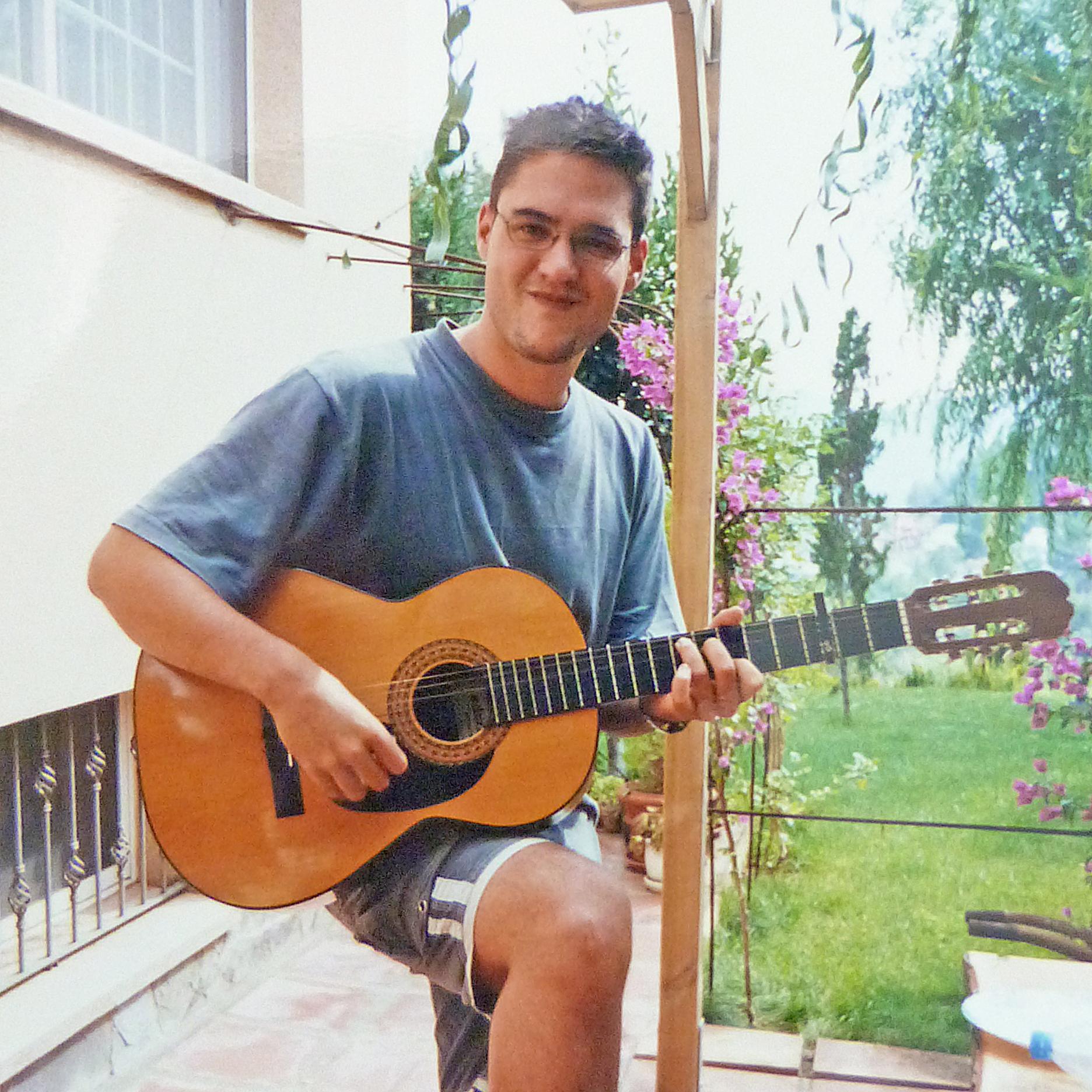 ivan jimenez tocando la guitarra en su adolescencia